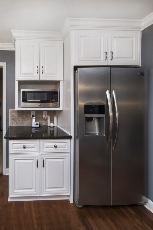 Charleston Classic White Solid Wood Kitchen Cabinets With Stainless Steel Appliances