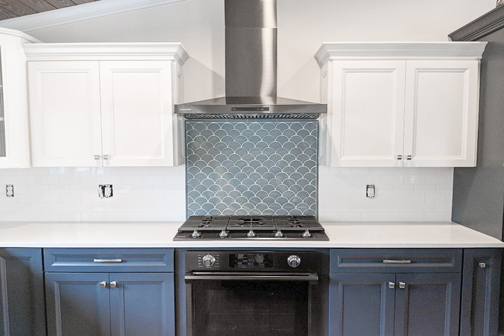 Frost White Quartz Kitchen Countertop with Blue Scallop Ceramic Backsplash